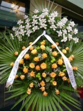Wieniec z żywych kwiatów, wielkość: bardzo duży, storczyki białe (Cymbidium), róże herbaciane, chryzantema zielona, liść palmy, podkład jodłowy, szarfa satynowa, druk komputerowy (+20zł).