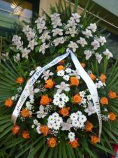 Wieniec z żywych kwiatów, wielkość: bardzo duży, storczyki białe (Cymbidium), róże herbaciane, chryzantema biała, liść palmy, podkład jodłowy, szarfa satynowa, druk komputerowy (+20zł).