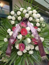 Wieniec z żywych kwiatów, wielkość: duży, róże białe, anthurium bordowe (Tropical), liść palmy, podkład jodłowy, szarfa satynowa bordowa 10cm. szer., druk komputerowy (+40zł).