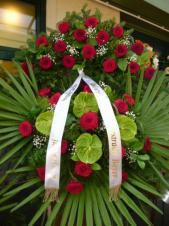 Wieniec z żywych kwiatów, wielkość: duży, róże pąsowe, anthurium zielone (Midori), liść palmy, podkład jodłowy, szarfa satynowa, druk komputerowy (+20zł).