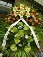 Wieniec z żywych kwiatów, wielkość: bardzo duży, róże herbaciane, anthurium zielone, lilie kremowe,  liść palmy, podkład jodłowy, szarfa satynowa, druk komputerowy (+20zł).