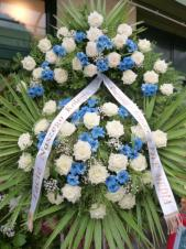Wieniec z żywych kwiatów, wielkość: duży, róże białe,  chryzantema gałązkowa niebieska, liść palmy, podkład jodłowy, szarfa satynowa. szer., druk komputerowy (+20zł).