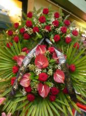 Wieniec z żywych kwiatów, wielkość: duży, róże pąsowe, anthurium bordowe (Savanna), liść palmy, podkład jodłowy, szarfa satynowa czarna, druk komputerowy (+30zł).
