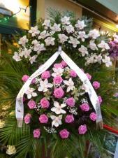 Wieniec z żywych kwiatów, wielkość: duży, storczyki białe (Cymbidium), róże różowe, delikatniejsze liście chico i fenix, podkład jodłowy, szarfa satynowa nadruk złoty, druk komputerowy (+20zł).