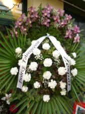Wieniec z żywych kwiatów, wielkość: duży, storczyki różowe (Cymbidium), goździki białe, liść palmy, podkład jodłowy, szarfa satynowa nadruk czarny, druk komputerowy (+20zł).