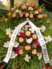 Wieniec z żywych kwiatów, wielkość: duży, storczyki białe (Cymbidium), róże herbaciane, goździki gałązkowe amarantowe, liść palmy, podkład jodłowy, szarfa satynowa nadruk czarny, druk komputerowy (+20zł).