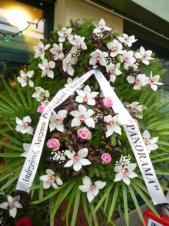 Wieniec z żywych kwiatów, wielkość: duży, storczyki białe (Cymbidium), róże różowe, liść palmy, podkład jodłowy, szarfa satynowa bez frędzli, druk komputerowy (+20zł).