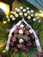 Wieniec z żywych kwiatów, wielkość: duży, storczyki różowe (Cymbidium), róże białe, liść palmy, podkład jodłowy, szarfa satynowa nadruk złoty, druk komputerowy (+20zł).