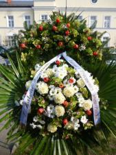 Wieniec z żywych kwiatów, wielkość: duży, róże białe,  storczyki zielone (Cymbidium), chryzantemy białe, tulipany czerwone, liść palmy, podkład jodłowy, szarfa satynowa, druk komputerowy (+20zł).
