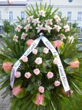 Wieniec z żywych kwiatów, wielkość: duży, róże różowe,  storczyki białe (Cymbidium), anthurium różowo-zielone, liść palmy, podkład jodłowy, szarfa satynowa, druk komputerowy (+20zł).