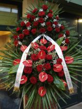 Wieniec pogrzebowy z żywych kwiatów, wielkość: bardzo duży, róże pąsowe, anthurium czerwone, liście palmy, podkład jodłowy, zieleń dekoracyjna, szarfa satynowa 7cm, druk komputerowy.
